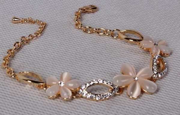 خرید دستبند گل صدفی با سنگ سواروسکی (hc8)